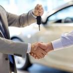 При продаже организацией своему сотруднику автомобиля по цене ниже рыночной должен быть уплачен НДФЛ